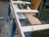 Arbejdsbordet understøttes af reglar der er lagt ned på den flade side