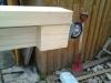 Byg et mobilt arbejdsbord til skuret - Der bliver sat en ekstra klods ind under møbelhjulene så arbejdsbordet kan holde til noget