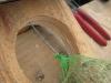 Fuglekuglen snøres sammen med ståltråden
