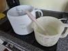 hjemmelavet-tyggegummi-is-efter-koeling-haeldes-den-i-ismaskinen