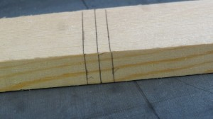 Tegn tre vinklet streger med 5 mm. mellem hver streg