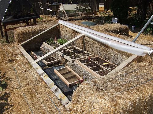 Hjemmebygget drivhus af høballer